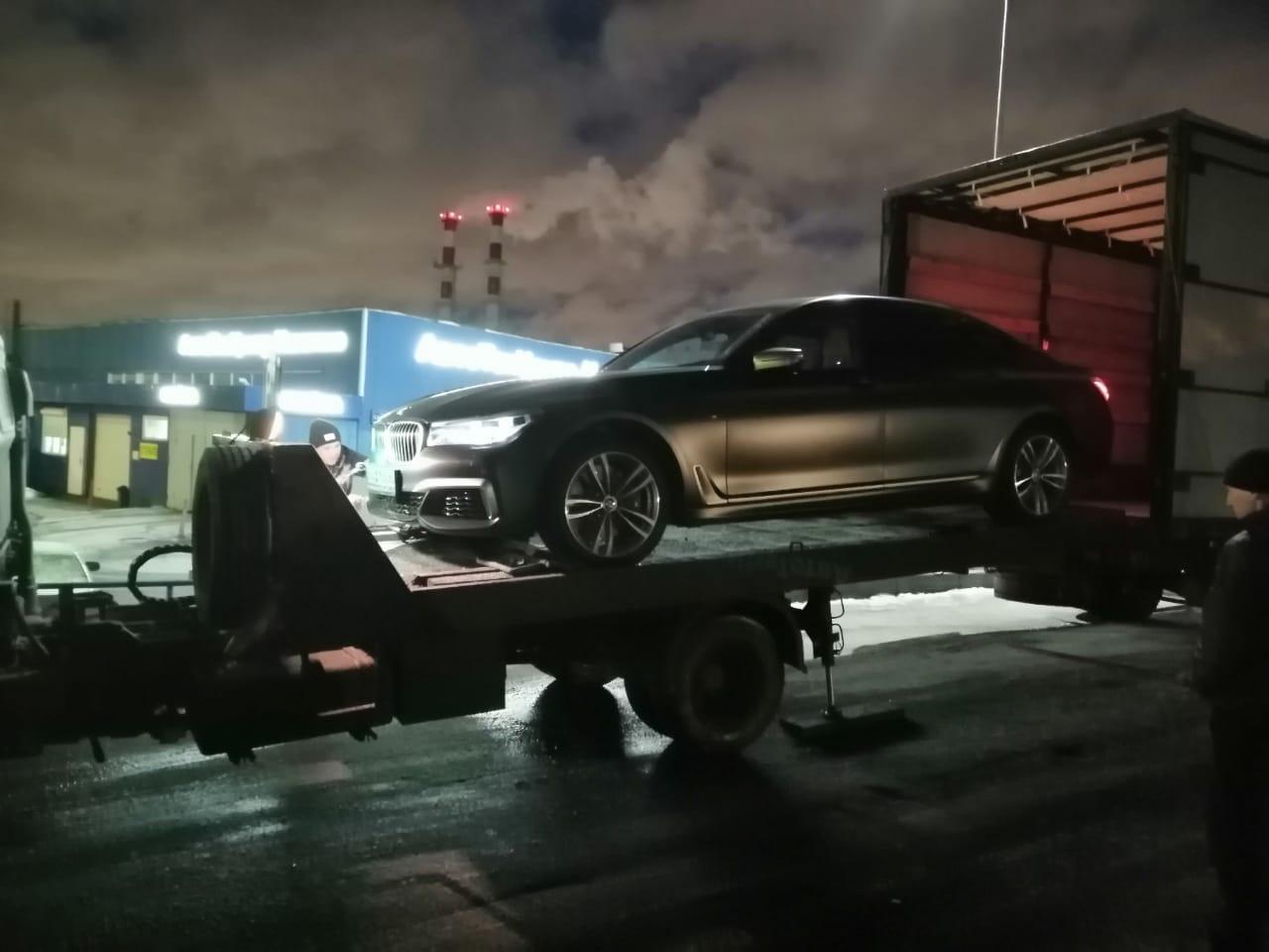 Погрузка машины в грузовик